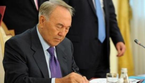 Президент поручил увольнять работников, которые намеренно отвечают русскоговорящим на казахском