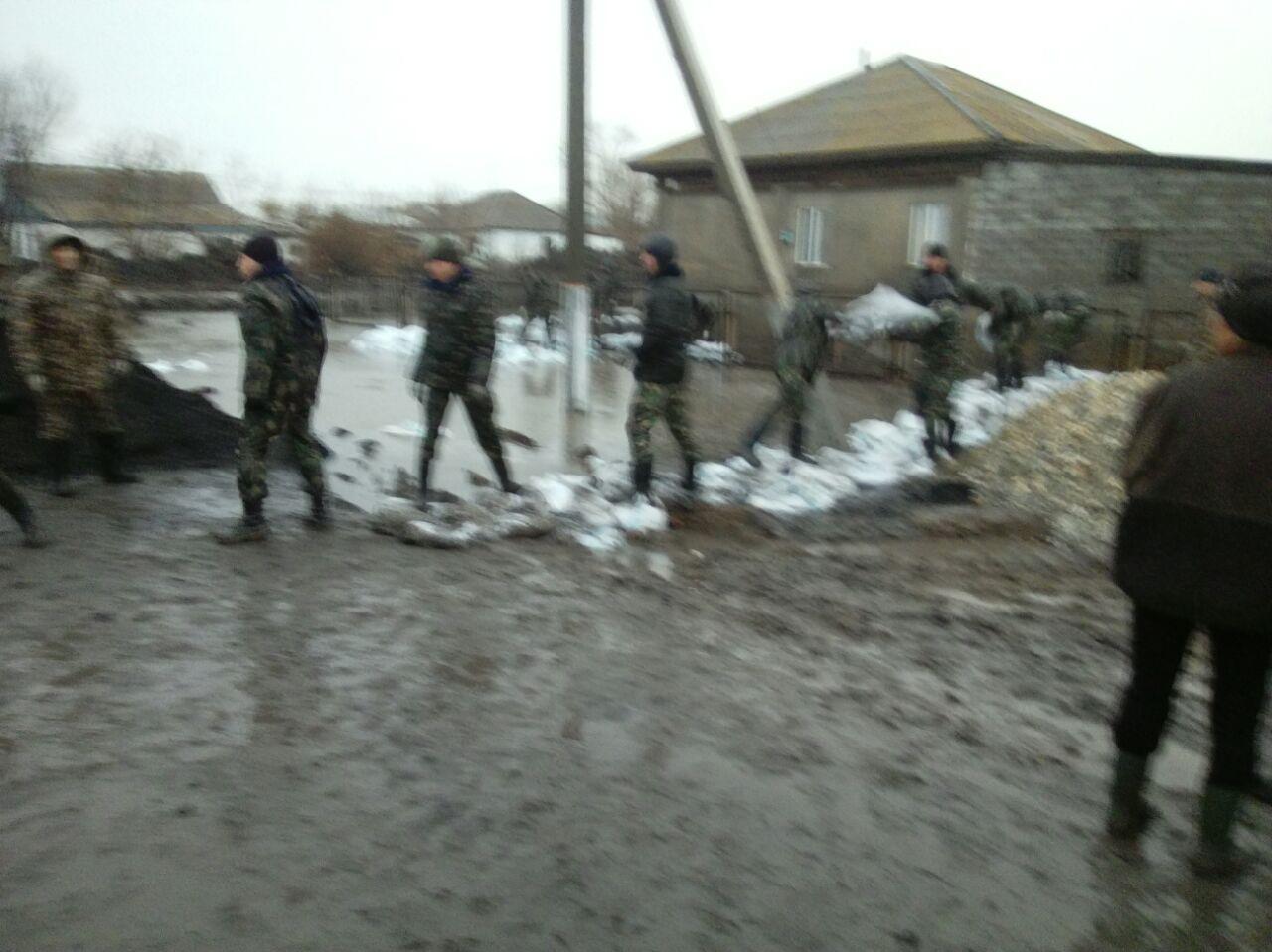 Казахстанский Атбасар подтопило из-за прорыва дамбы